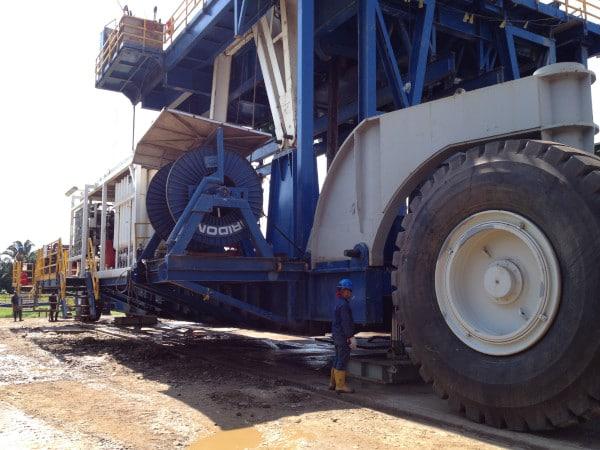 Enorme structure sur roues géantes et ouvrier à côté