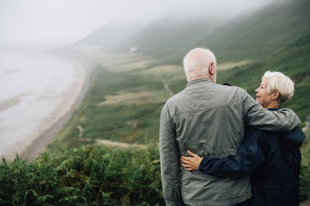 Couple de retraités devant paysage brumeux