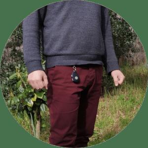 Pendentif connecté Nirbi accroché à la ceinture