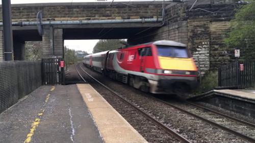Train passant sous un pont